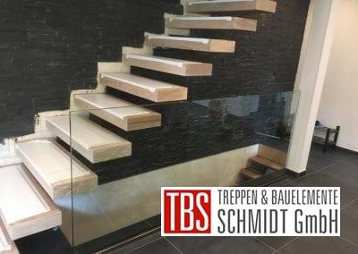 Kragarmtreppe mit Glasgelaender Treppenmontage der Firma TBS Schmidt GmbH