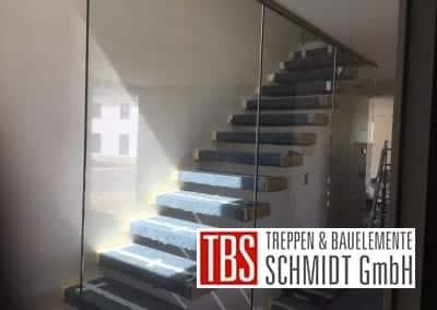 Kragarmtreppe mit Glaswand Treppenmontage der Firma TBS Schmidt GmbH